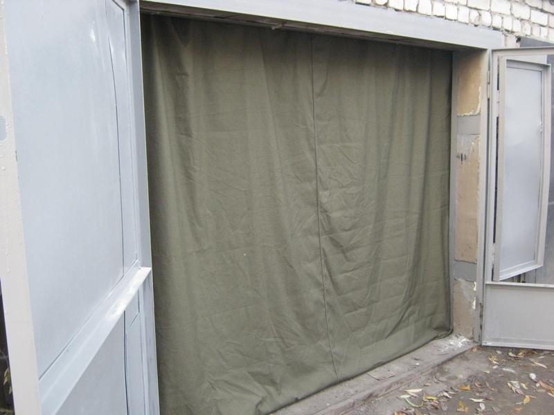 Сделаны гаражные шторы из ткани высокой плотности, сплетенной из толстой пряжи