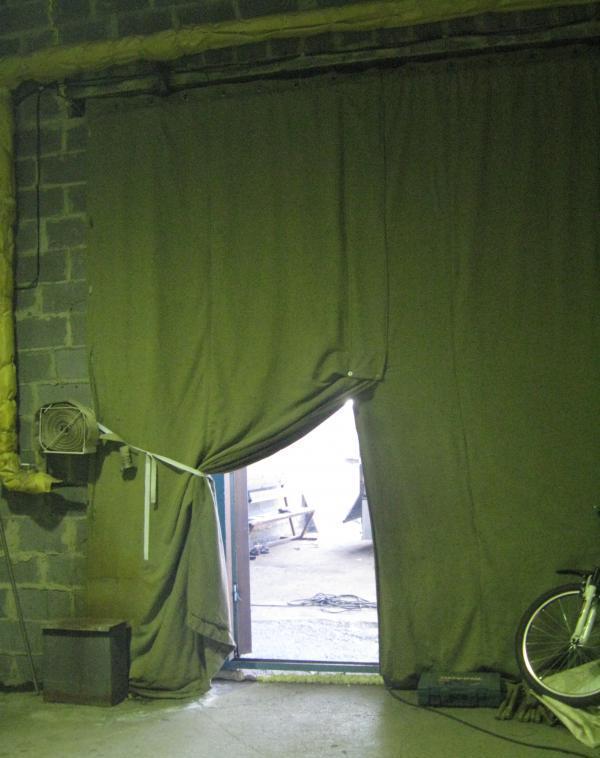 Так как материал не подвергается гниению, мало изнашивается, то можно получить очень практичные и работоспособные гаражные шторы