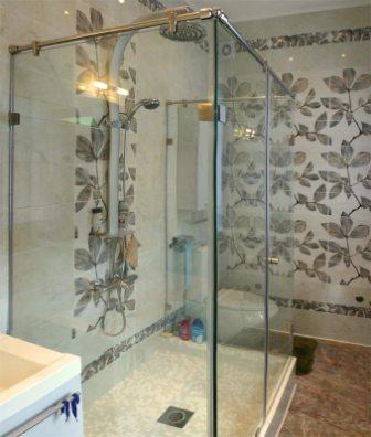 Дверцы для ванной устанавливают как на саму ванну, так и на душевые