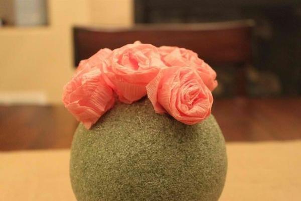 При помощи клея и булавок закрепляем цветы на кроне