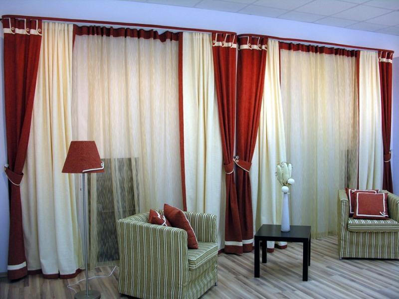 Цвет штор в гостиную может быть выбран контрастным по отношению к облицовке стен, тогда портьеры станут ярким акцентом в комнате