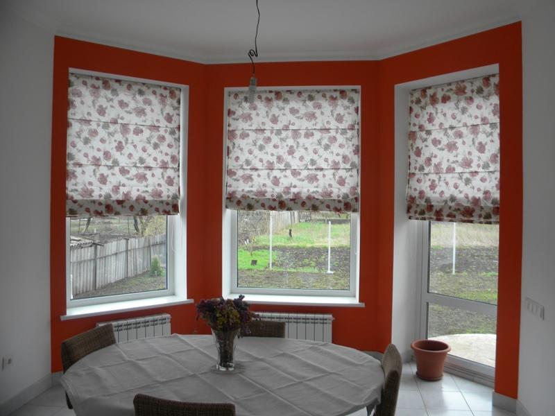 Если за окном находится балкон, то не стоит вешать больших штор: они будут только мешать во время перемещения