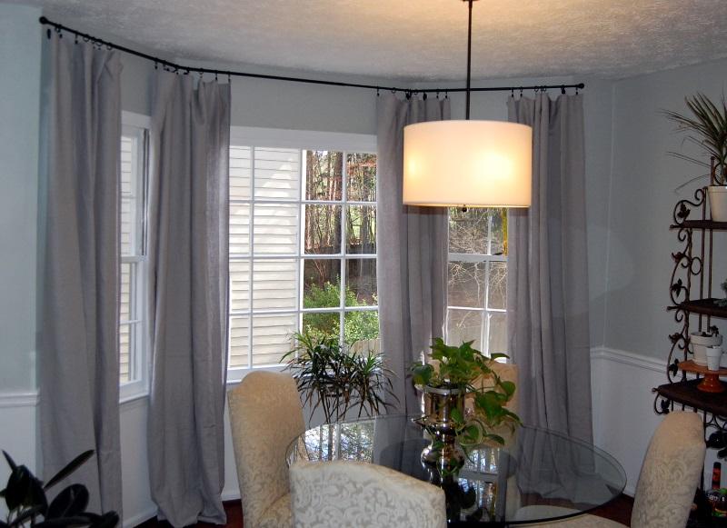 С помощью штор можно визуально увеличить высоту окна, на котором она висит