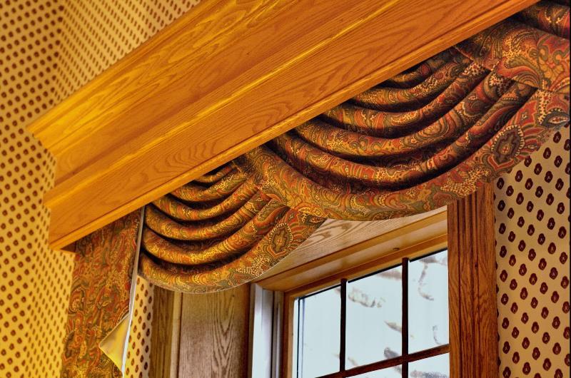 Багетный тип и производные от него потайные конструкции состоит из обычного карниза, поверх которого закреплено декоративное украшение, закрывающее штангу и крепления