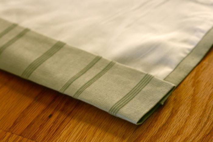 Для того чтобы соорудить красивые шторы, начинать необходимо с того, что с обрезанной стороны обрабатывается портьера (фото 1)