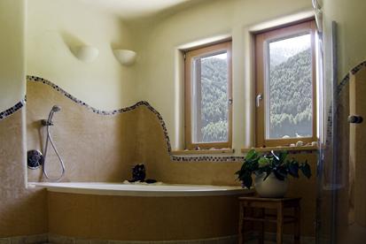 Покраска стен и других поверхностей в ванной комнате – это самый дешевый и простой способ обновить дизайн и освежить ремонт