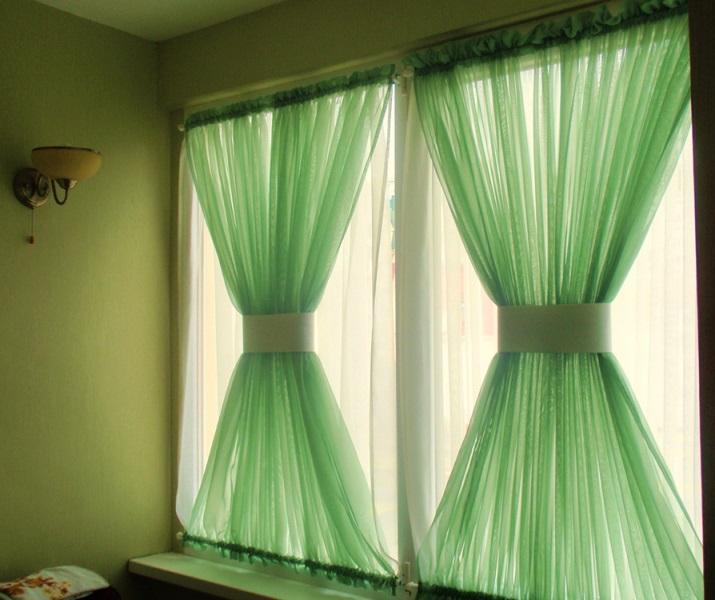 Украсить любое помещение, в том числе и кухню, могут правильно подобранные шторы интересного дизайна