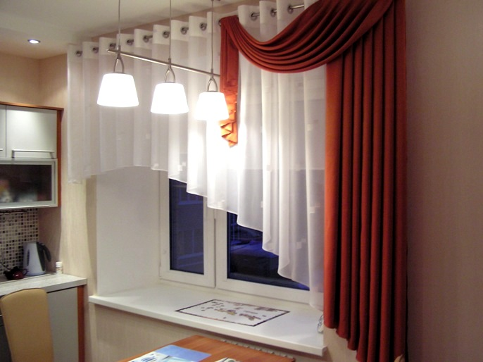 Выбор штор для кухни можно осуществлять в зависимости и от типа и размера пространства