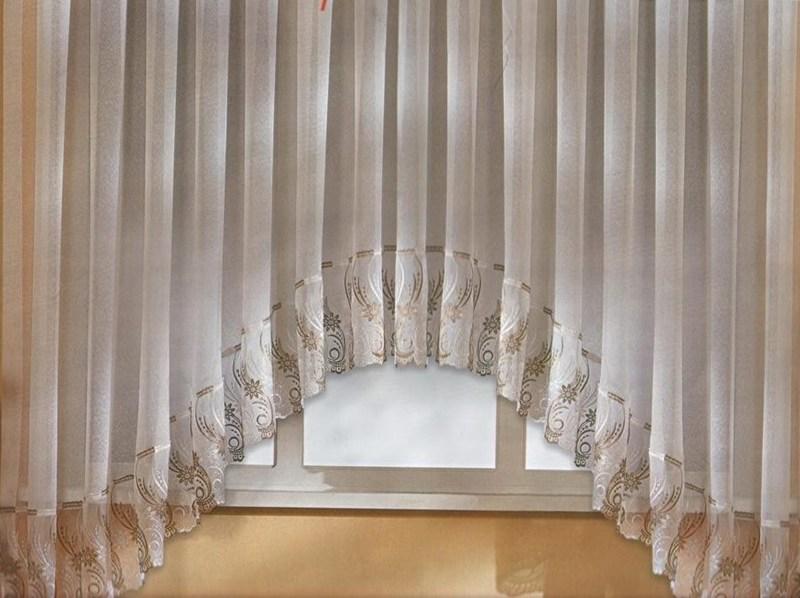 Иногда интерьер помещения предполагает декорирование оконного проема не только арочной шторой, но и легким тюлем