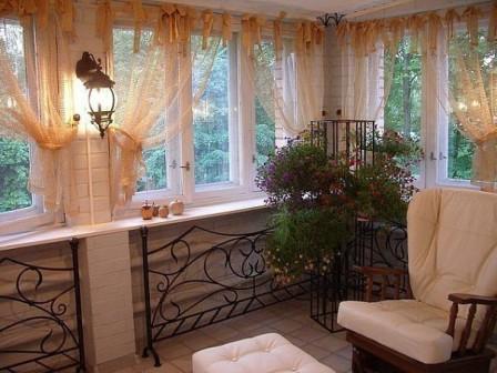 Шторы на балконах придают интерьеру завершенность
