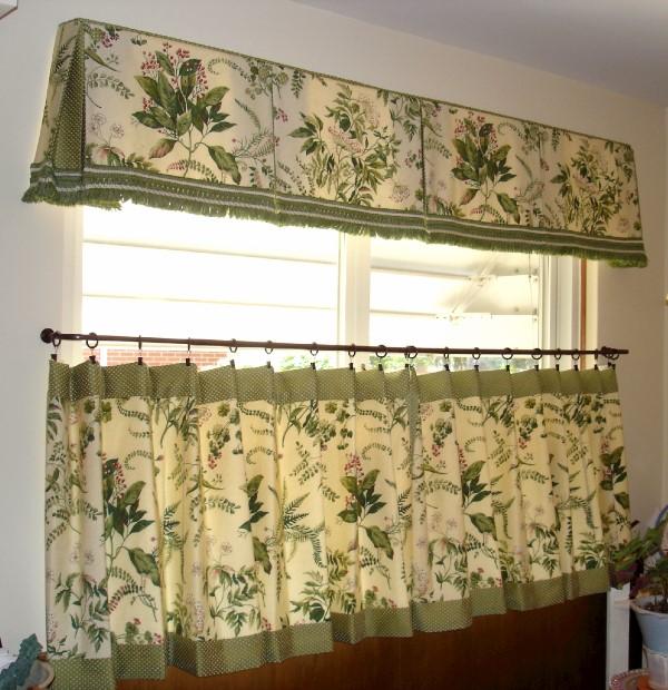 Окна, оформленные шторой-кафе, придают комнате уют