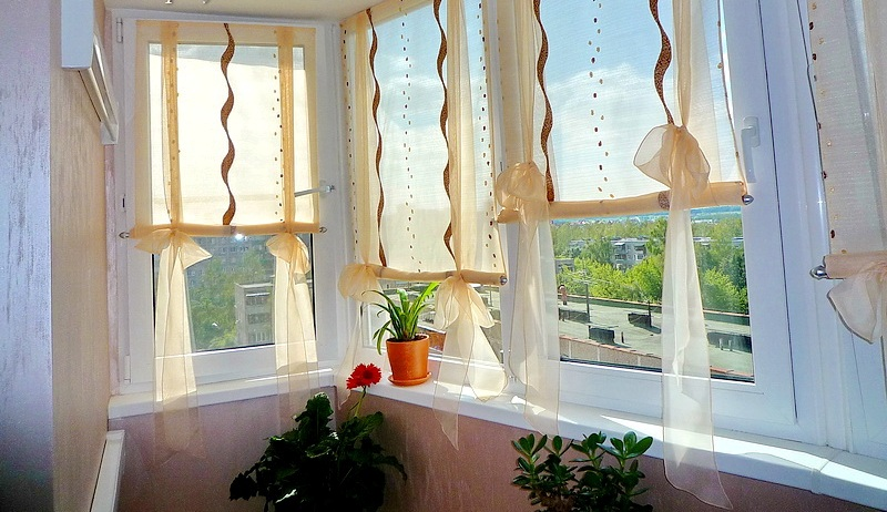 Дизайнеры рекомендуют сочетать шторы для балконов различной плотности