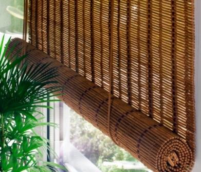 Бамбуковые шторы являются одним из вариантов оконных полотен
