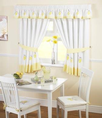 На кухне белые шторы, как и занавеси других цветов, помогут не только защитить помещение от солнца или нескромных взглядов соседей