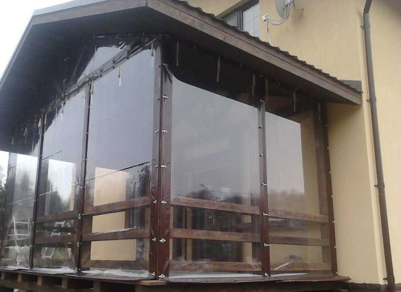 Занавески из поливинилхлорида защищают от ветра, снега, дождя
