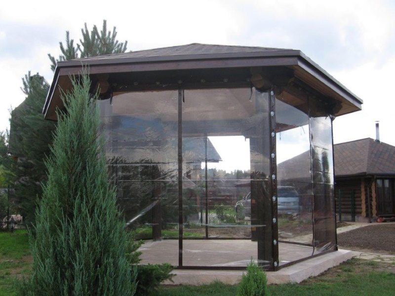 Особое место в обустройстве и декорировании приусадебного участка занимают прозрачные шторы для беседки, выполненные на основе ПВХ
