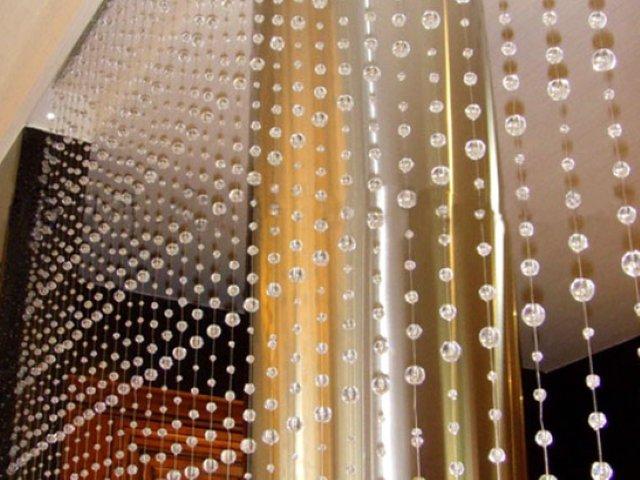 Отличным решением являются шторы из бусин, позволяющие придать квартире особый колорит