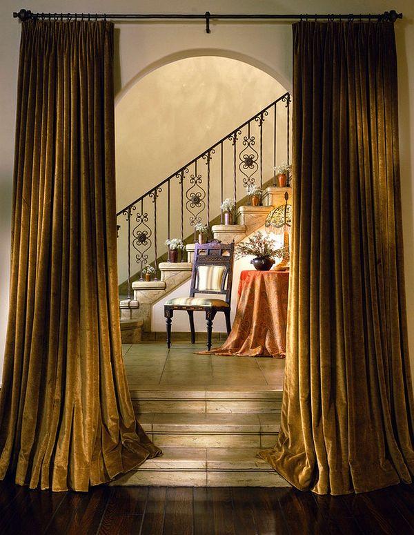 Закрывая дверной проем, декоративные шторы придают помещению богатый вид и шарм