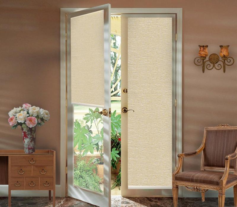 Рулонные шторы на дверной проем обладают успокаивающим эффектом