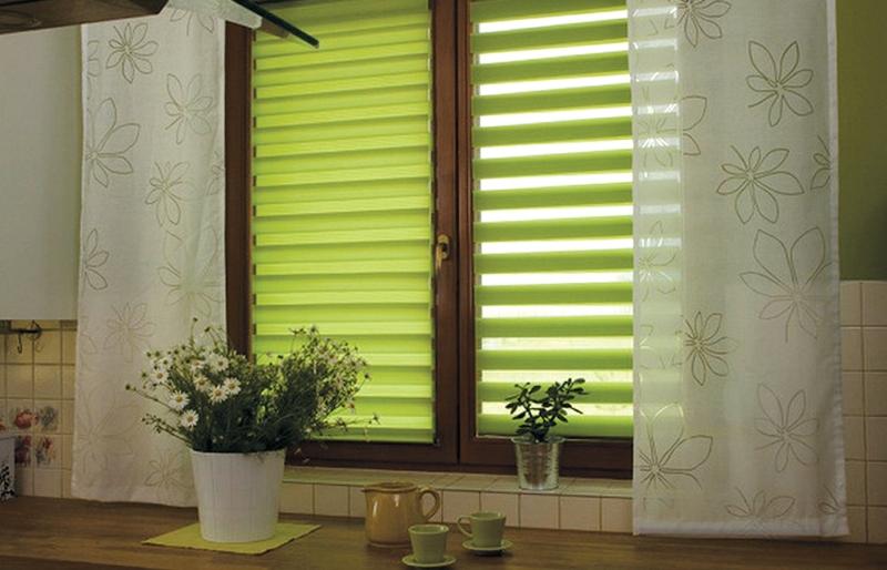 Одним из преимуществ таких занавесей является то, что человек может самостоятельно регулировать освещенность в комнате
