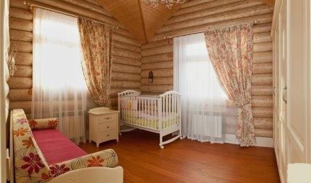 Чтобы частично заполнить интерьер и сделать его более естественным, можно повесить шторы в частный дом