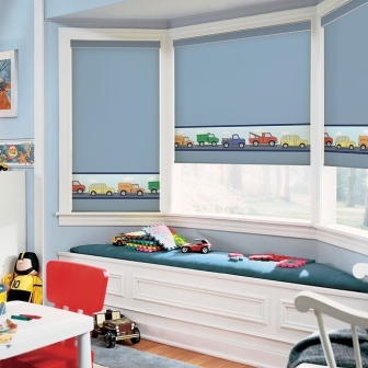 Такой вид занавесок, как римская штора, хорошо соответствует желанию многих родителей сделать красивую портьеру в комнате ребенка