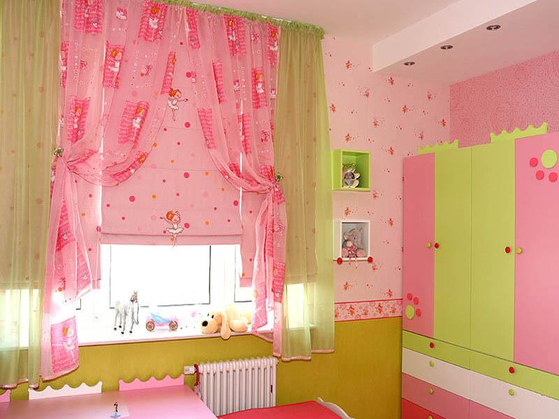 Хорошо подходят нежно-розовые тона мебели и поверхности стен, что дает возможность использовать яркие шторы и покрывало