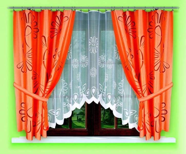 Классический дизайн штор в довольно-таки гармоничном сочетании тяжелого оформления по краям и легкой струящейся ткани подойдет для маленькой комнаты, где готовят еду