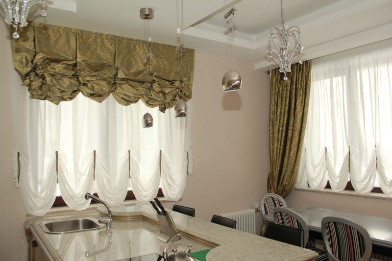 Так называемый французский дизайн кухонных штор довольно-таки элегантен