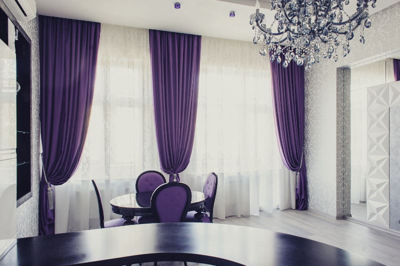 Элегантные фиолетовые шторы способны только украсить любое жилище, даже кухню (фото 1)
