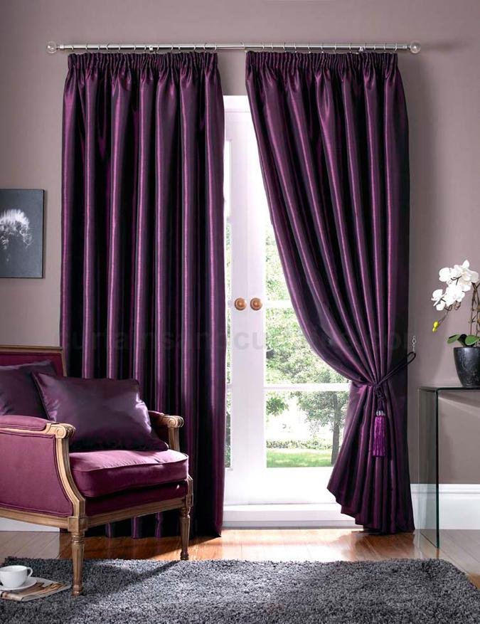 Темно-сиреневые шторы в интерьере гостиной фото