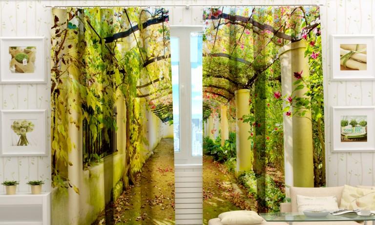 Если окно небольшое, проблему решит удлиненный карниз и достаточно широкие занавеси