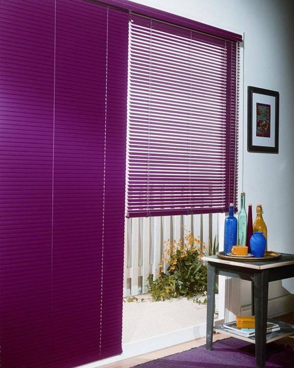 В современных домах классические шторы, требующие сложного ухода, вытесняются практичными и удобными жалюзи