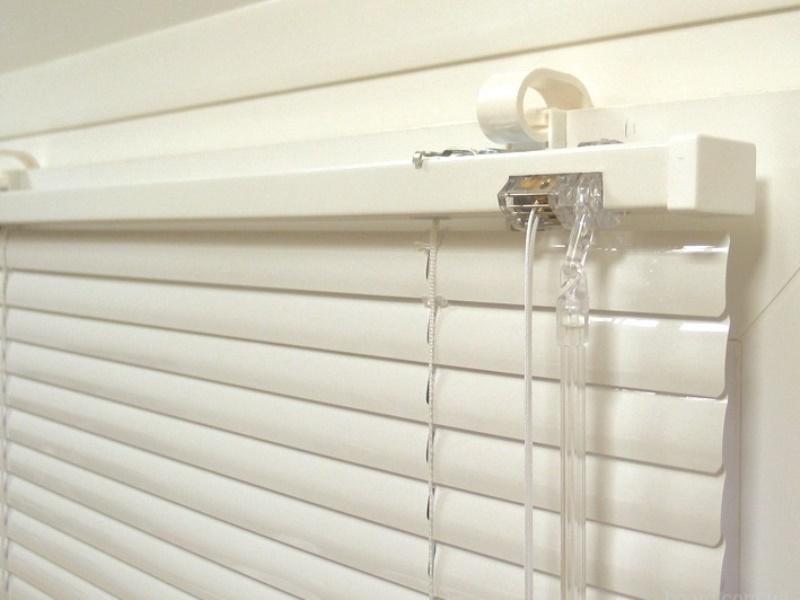 Наиболее популярны вертикальные и горизонтальные жалюзи на пластиковые окна