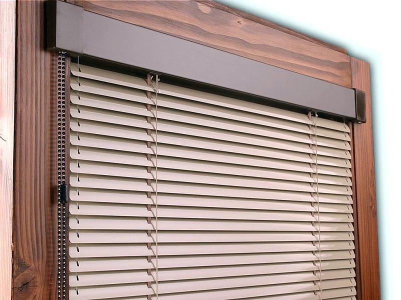 Жалюзи защищают комнату от ярких солнечных лучей и сохраняют краски на мебели и обоях