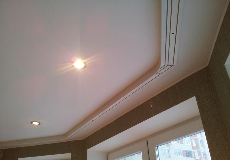 Отдав предпочтение традиционным шторкам, заранее определитесь, какой тип потолочного карниза для штор приобрести - с креплением к стенам или потолку