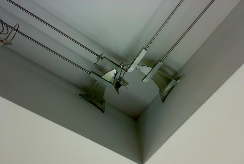 При таком способе крепления карнизы для штор приобретаются в потолочном исполнении и размещаются в углубление между оконным проемом и натянутым полотном