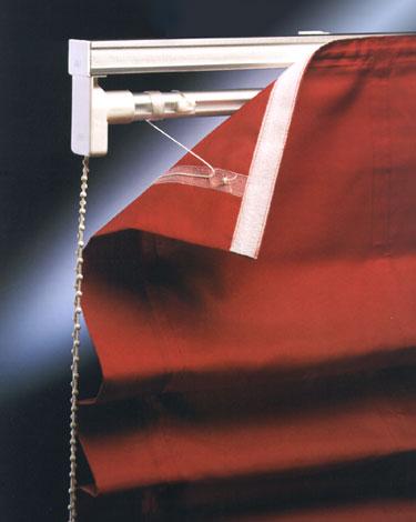 Карнизы для римских штор в основе своей конструкции имеют систему подъема парусов на кораблях
