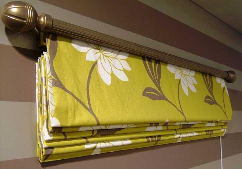 Зачастую карниз для римских штор идет в комплекте с готовыми полотнами штор