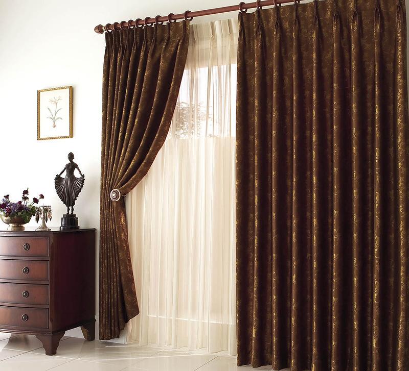 Грамотный подбор остальных элементов декора позволяет вписать коричневые вариации в любое помещение