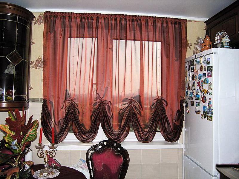 Австрийские короткие шторы выглядят очень нежно и романтично (фото 4)