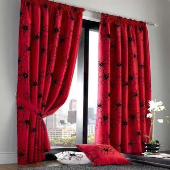 Красная штора станет изюминкой, ярким акцентом интерьера