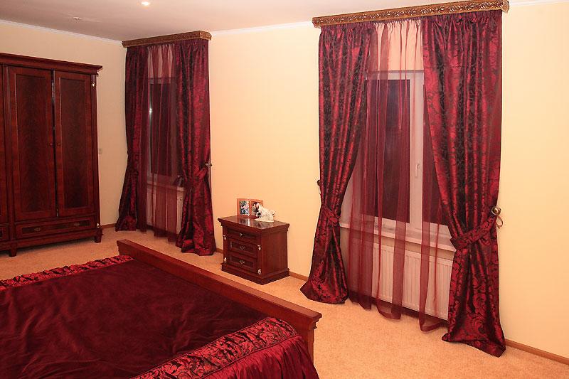 В спальне можно смело использовать шторы красного цвета