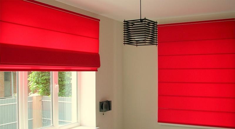 Красные шторы для кухни выглядят стильно и привлекательно