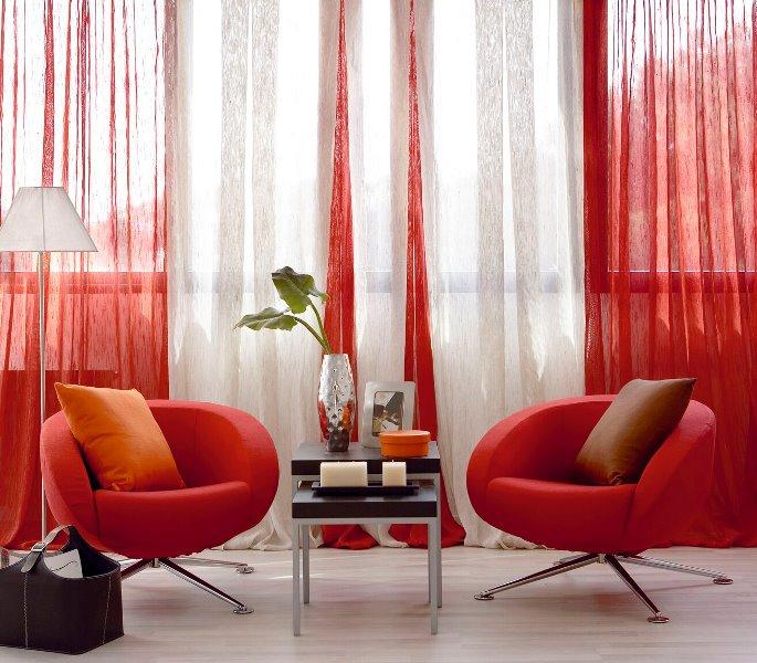 Оформить ярким цветом необходимо несколько элементов интерьера, чтобы шторы не смотрелись в нем нелепо