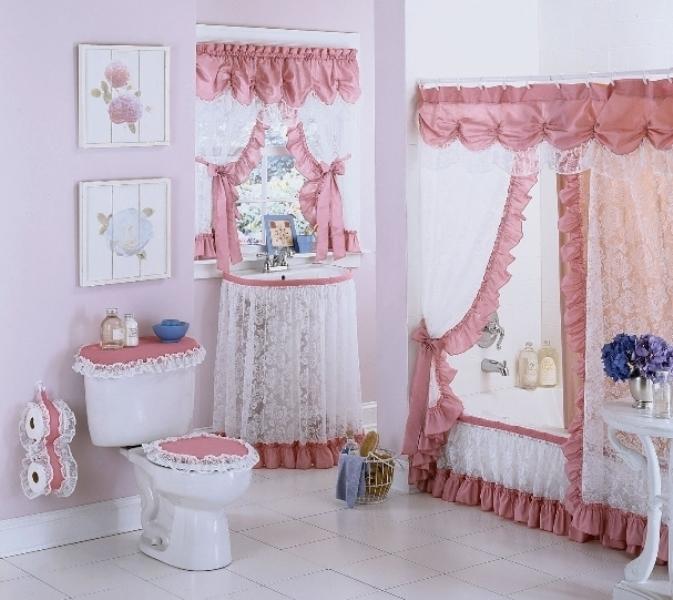 Любое помещение можно декорировать в разных стилях и направлениях, в процессе чего одну из основных ролей играет оформление оконных проемов