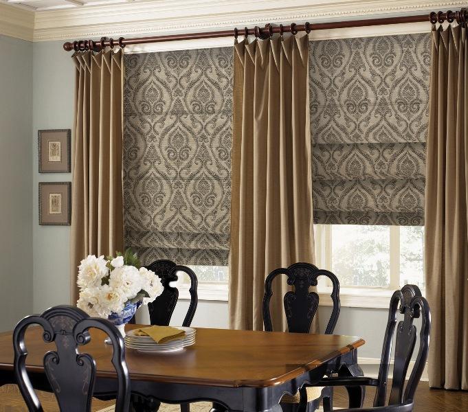 Римские шторы представляют собой цельное полотно, которое, при необходимости, может полностью закрыть оконный проем, полностью ограничив доступ света через него