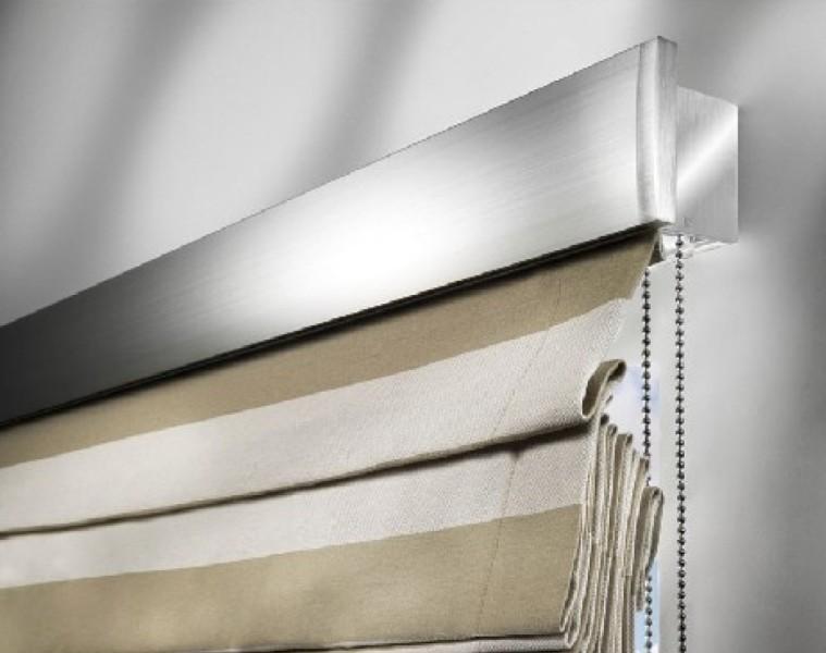 Монтаж римской шторы подразумевает наличие специального карниза, являющегося одновременно механизмом крепления и регулировки полотна