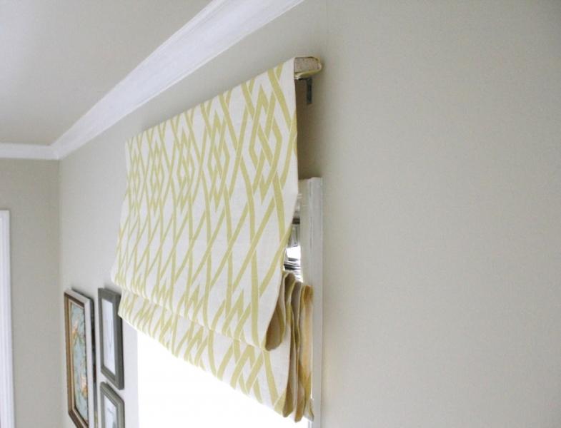Одним из вариантов монтажа конструкции является использование обыкновенной деревянной рейки, при помощи которой крепятся верхние части полотна