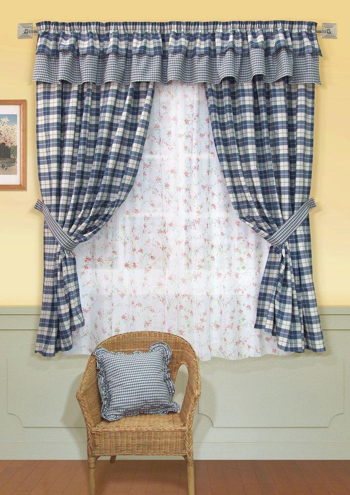 Шторы должны быть достаточно плотными, чтобы защищать комнату от света и при необходимости предохранять кухню своими полотнами от перегрева в жару